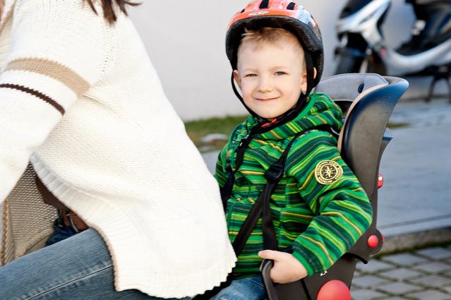 mit kindern auf zwei r dern unterwegs wann darf der nachwuchs mit aufs fahrrad oder motorrad. Black Bedroom Furniture Sets. Home Design Ideas